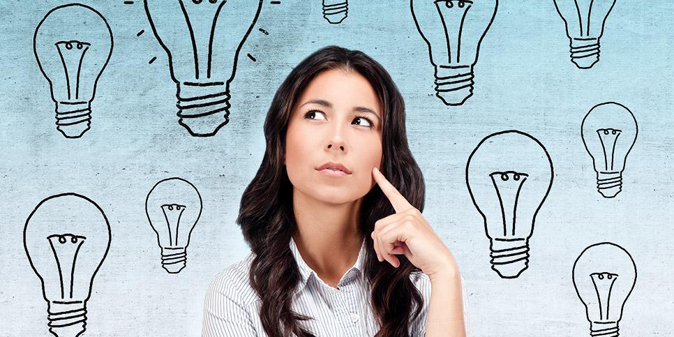 Frau legt ihren Zeigefinger an die Wange auf hellblauen Hintergrund mit Fragezeichen