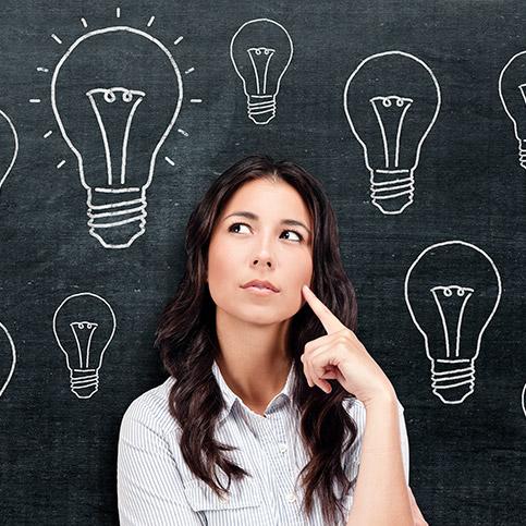 nachdenkende Frau mit Glübirnen um den Kopf